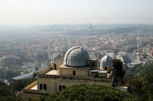 La sede storica dell'Osservatorio Astronomico di Roma e, sullo sfondo, la Capitale, viste dalla cupola posta in cima alla Torre Solare