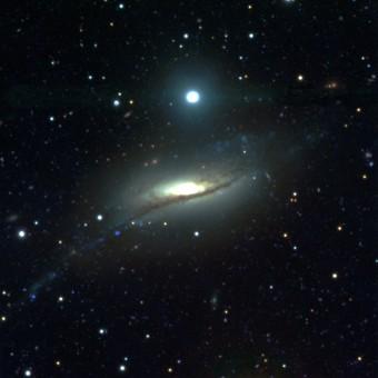 La galassia a spirale controrotante NGC 5719 ottenuta con la camera a grande campo del Large Binocular Telescope. È visibile una parte del ponte di materia che collega NGC 5719 con la galassia compagna NGC 5713 e che alimenta la formazione delle stelle in rotazione retrograda. Crediti: A. Pizzella/Large Binocular Cameras Team