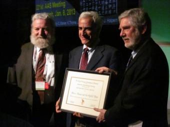 Marco Tavani mentre riceve il Premio Internazionale Bruno Rossi