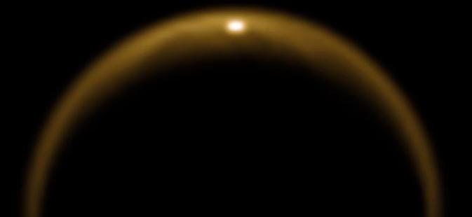 Il primo raggio di luce solare riflessa da un lago di Titano, al momento dell'equinozio di primavera nell'agosto 2009 (NASA/JPL/University of Arizona/DLR)