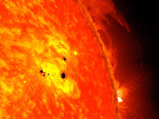 L'immagine combina le immagini di due strumenti  NASA installati sul Solar Dynamics Observatory (SDO): Helioseismic and Magnetic Imager  (HMI)e l' Advanced Imaging Assembly(AIA). CREDIT: NASA / SDO / AIA / HMI / Goddard Space Flight Center