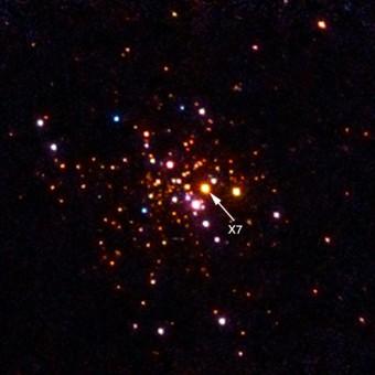 L'immagine ottenuta dal telescopio spaziale Chandra dell'emissione in raggi X di 47 Tucanae, un ammasso globulare a 15.000 anni luce dalla Terra dove si trova X7, un sistema binario che contiene una delle stelle di neutroni oggetto dello studio. Crediti: NASA/CXC/Michigan State/A.Steiner et al