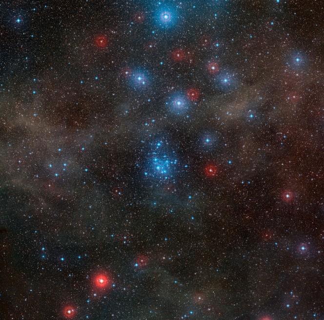 Questa fotografia è stata creata a partire dalle immagini della DSS2 (Digitized Sky Survey 2): mostra la regione di cielo, ricca di stelle, intorno al giovane ammasso aperto NGC 2547, nella costellazione australe della Vela.