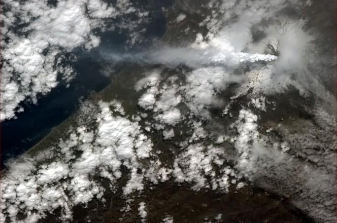Una foto dell'Etna realizzata dall'astronauta canadese Chris Hadfield a bordo della Stazione Spaziale Internazionale nei giorni successivi all'eruzione e diffusa tramite Twitter (https://twitter.com/Cmdr_Hadfield/status/307120720637476864). Image credit: NASA