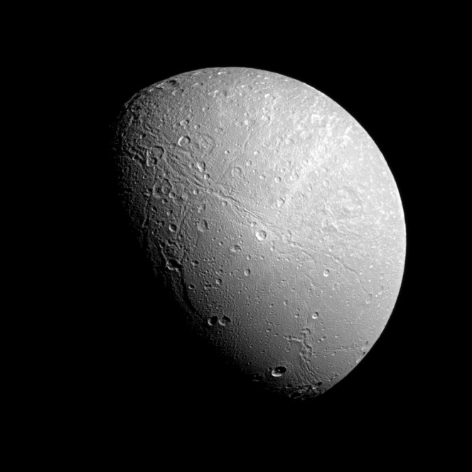 Dione in una recente immagine della Cassini-Huygens. Crediti: NASA/JPL-Caltech/Space Science Institute