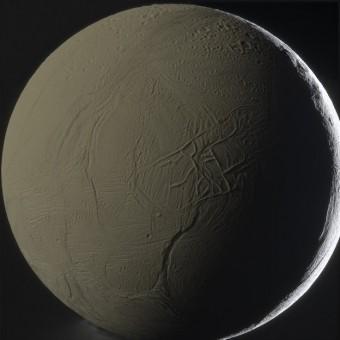 Encelado, la sesta tra le lune più grandi di Saturno, ripreso dalla sonda Cassini-Huygens il 31 gennaio 2011 da un'altezza di 81.000 chilometri. Crediti: NASA/JPL-Caltech/SSI/G. Ugarković