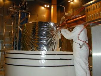 Un tecnico al lavoro sul rivelatore dell'esperimento CDMS