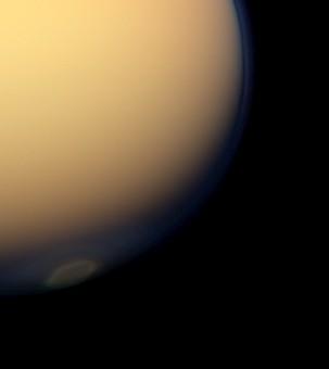 La nube d ghiaccio sul polo sud di Titano vista da Cassini (NASA/JPL-Caltech/Space Science Institute/GSFC)