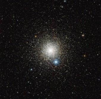 Questa immagine ottenuta dallo strumento WFI (Wide Field Imager) montato sul telescopio da 2,2 metri dell'MPG/ESO all'Osservatorio di La Silla in Cile mostra l'ammasso globulare NGC 6752 nella costellazione australe del Pavone. Studi di questo ammasso con il VLT (Very Large Telescope) dell'ESO hanno rivelato inaspettatamente che molte stelle non entrano nella fase di perdita di massa alla fine della loro vita. (Crediti: ESO)