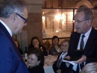 """Il professor Massimo Capaccioli (a sinistra) mentre riceve la la medaglia """"Pietro Tacchini"""" dal presidente della SAIt Roberto Buonanno (a destra)"""