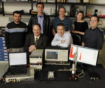 Il simulatore di pulsar e il team del GSFC che l'ha creato. Crediti: NASA/ Pat Izzo