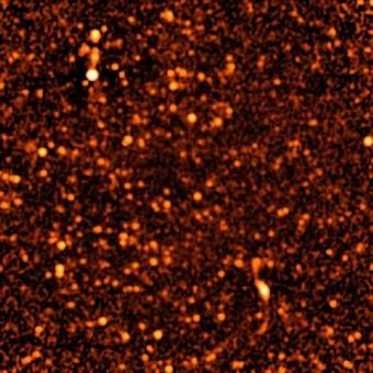 L'Immagine è una piccola porzione di spazio circa 2.000 oggetti discreti sono identificati in questa immagine dell'ultrasensibile VLA. L'intera immagine rappresenta circa un milionesimo di tutto il cielo. CREDIT: Condon, et al., NRAO/AUI/NSF