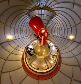Questa immagine è una fotografia scattata con una lente fish-eye (ultragrandangolare) all'interno della cupola del telescopio svizzero da 1,2 metri Leonhard Euler all'Osservatorio di La Silla dell'ESO in Cile. La veduta è molto distorta, ma si può riconoscere il telescopio nella struttura rossa al centro dell'immagine (Crediti: ESO/M.Tewes)