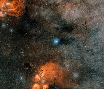 Questa immagine mostra il cielo intorno al sistema multiplo Gliese 667. La stella brillante al centro è Gliese 667A e B. (Crediti: Eso)