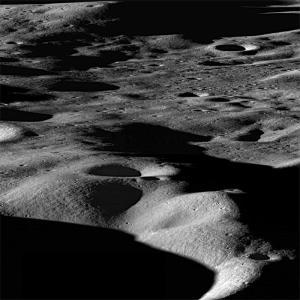 Vista panoramica lunare, presa dal Lunar Reconnaissance Orbiter Camera, del bordo nord del cratere Cabeo. La distanza da sinistra a destra è di circa 75 chilometri. CREDIT: Image of NASA / GSFC / Arizona State Univ.