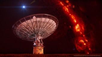 Nell'immagine composita, il radiotelescopio di Parkes gestito dal CSIRO e utilizzato per identificare i lampi radio dello studio su Science è stato sovrapposto a una ripresa che mostra la distribuzione del gas nella nostra Galassia. In alto a sinistra, la rappresentazione artistica di un lampo radio, molto distante dal piano galattico. Crediti: Swinburne Astronomy Productions