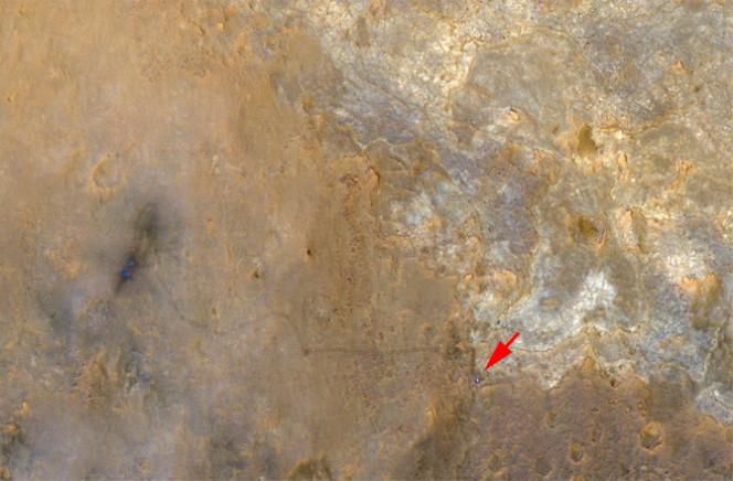 Il rover Curiosity è il puntino blu nell'angolo in basso a destra in questa foto scattata dalla fotocamera del Mars Reconnaissance Orbiter della Nasa. Credit: NASA/JPL-Caltech/Univ. of Ariz.