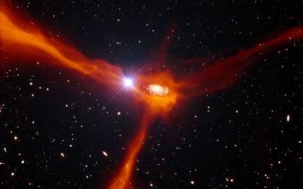 Rappresentazione artistica di una galassia che accresce materia dai dintorni Crediti: ESO/L. Calçada/ESA/AOES Medialab