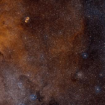 Il cielo attorno a SDC 335.579-0.292. Credit: ESO/Digitized Sky Survey 2. Acknowledgement: Davide De Martin
