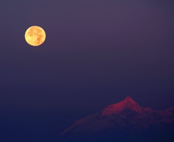 """Hunter's Moon over the Alps"", la fotografia di Stefano De Rosa giunta in finale"