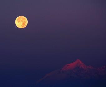 """""""Hunter's Moon over the Alps"""", la fotografia di Stefano De Rosa giunta in finale"""