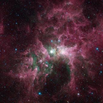 I filamenti di gas e polvere nella Nebulosa della Carena, con al centro la stella Eta Car, ripresi da Spitzer (NASA/JPL-Caltech)