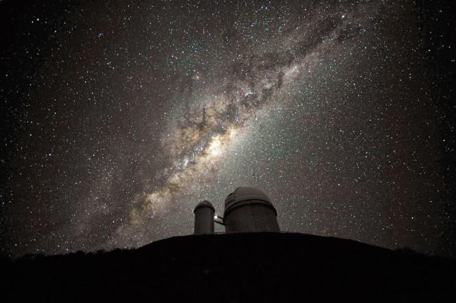 Qusta fotografia è stata scattata dall'Ambasciatore Fotografico Serge Brunier. Il centro e il rigonfiamento galattico al di sopra del telescopio da 3,6 metri dell'ESO. (Crediti: ESO/S. Brunier)