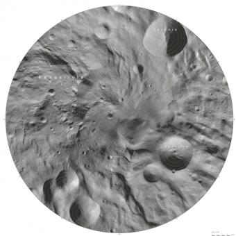 L'immagine del cratere Rheasilvia nell'atlante di Vesta (DLR)
