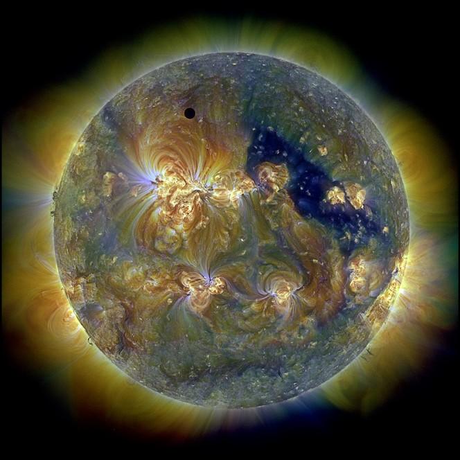 Il sole nell'Ultravioletto ritratto da SDO. Image Credit: NASA/SDO & the AIA, EVE, and HMI teams; Digital Composition: Peter L. Dove