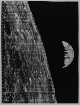 La Terra vista dalla Luna, ripresa dalla missione Lunar Orbiter nel 1966 (UCL Faculty of Mathematical and Physical Sciences)