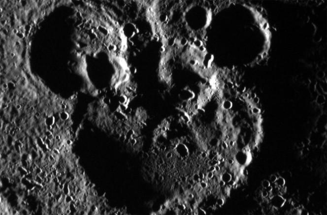 Crateri a forma di Topolino su Mercurio. Crediti: NASA/JOHNS HOPKINS UNIVERSITY APPLIED PHYSICS LABORATORY/CARNEGIE INSTITUTION OF WASHINGTON