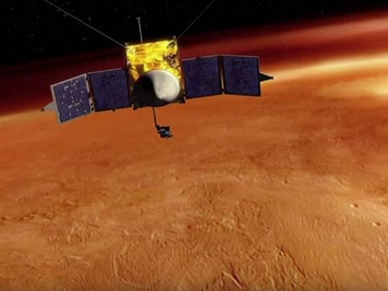 Rappresentazione artistica della sonda MAVEN in orbita attorno a Marte (NASA/GSFC)