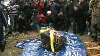 Un fotogramma del servizio video della BBC mostra il meteorite in procinto d'essere avvolto in una coperta termica.