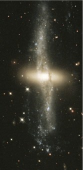 La galassia peculiare NGC4650a ripresa dal telescopio spaziale Hubble. Crediti: NASA/STScI, AURA