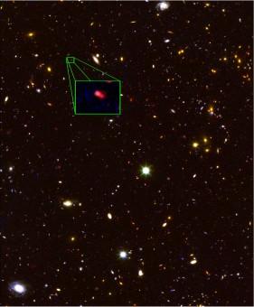 Nell'immagine, proveniente dall'archivio della survey CANDELS, è indicata la galassia  z8_GND_5296, la più distante finora scoperta, a 13,1 miliardi di anni luce da noi. Crediti: V. Tilvi, S.L. Finkelstein, C. Papovich, A. Koekemoer, CANDELS, e STScI/NASA