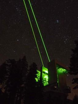 Il telescopio LBT in Arizona sovrastato dalle guide stellari laser del sistema di ottiche adattive ARGOS. Crediti: Julian Ziegleder