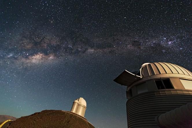 Il telescopio svizzero da 1,2 metri di diametro Leonhard Euler (in primo piano) e il telescopio dell'ESO da 3,6 metri di diametro (sullo sfondo) all'Osservatorio dell'ESO di La Silla. La Silla, nella zona meridionale del deserto di Atacama, in Cile, è stato il primo sito osservativo dell'ESO. Si trova a 2400 metri sul livello del mare e fornisce eccellenti condizioni per le osservazioni. Crediti: ESO/S. Lowery