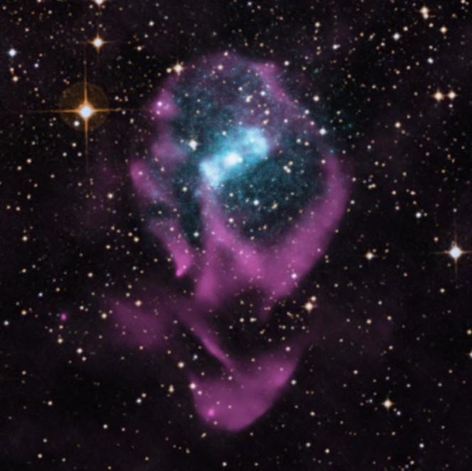Circinus X-1, si trova a 24mila anni luce dalla Terra nella Via Lattea. Conosciuta come una stella binaria a raggi X, Circinus X-1 contiene una stella di neutroni, ciò che rimane di una stella esplosa. Attorno una nebulosa incandescente di gas ionizzato che è il segno distintivo di una massiccia esplosione di supernova. (Crediti: X-ray: NASA/CXC/Univ. of Wisconsin-Madison/S. Heinz et al; Optical: DSS; Radio: CSIRO/ATNF/ATCA Larger PNG)