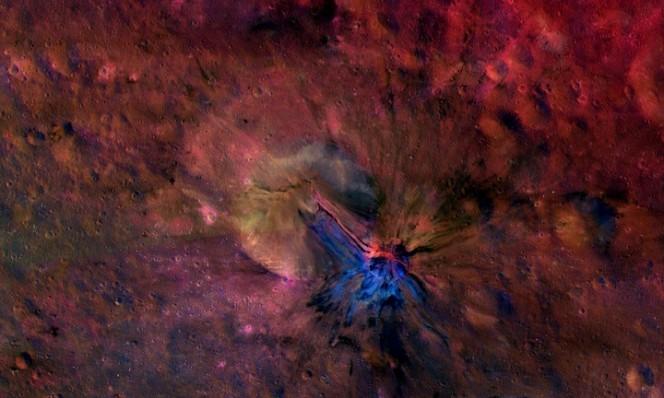 L'immagine composita del cratere Aelia sull'asteroide Vesta. Crediti: NASA/JPL-Caltech/UCLAMPS/DLR/IDA