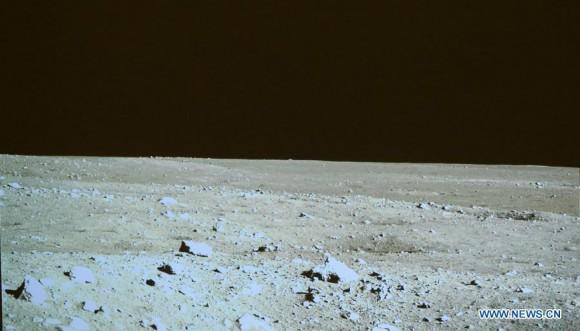 Paesaggio lunare visto da Yutu. Foto del 15 dicembre 2013. Crediti: CCTV