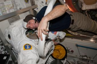 L'astronauta Mike Hopkins con la tuta della sua prima passeggiata nello spazio. Crediti: NASA