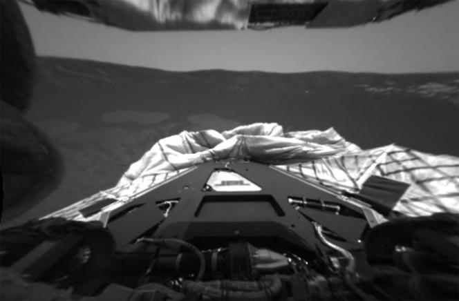 Foto scattata dalla camera posteriore Hazcam il 30 gennaio 2004: si vede anche il lander e il cratere. Crediti: NASA/JPL-CALTECH
