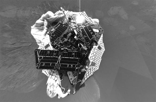 Il primo autoscatto di Opportunity al momento dell'arrivo su Marte. I pannelli solari brillano con la luce solare sulla parte superiore della sua piattaforma di atterraggio. Crediti: NASA/JPL-CALTECH