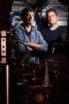 David Hall e Michael Ray (primo autore dello studio su Nature) nel laboratorio dell'Amherst College