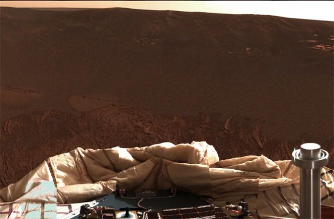 """In questa immagine catturata dalla Pancam montata su Opportunity si vede il rover """"guardarsi attorno"""". La foto risale al il 26 gennaio 2004. Crediti: NASA/JPL-CALTECH"""