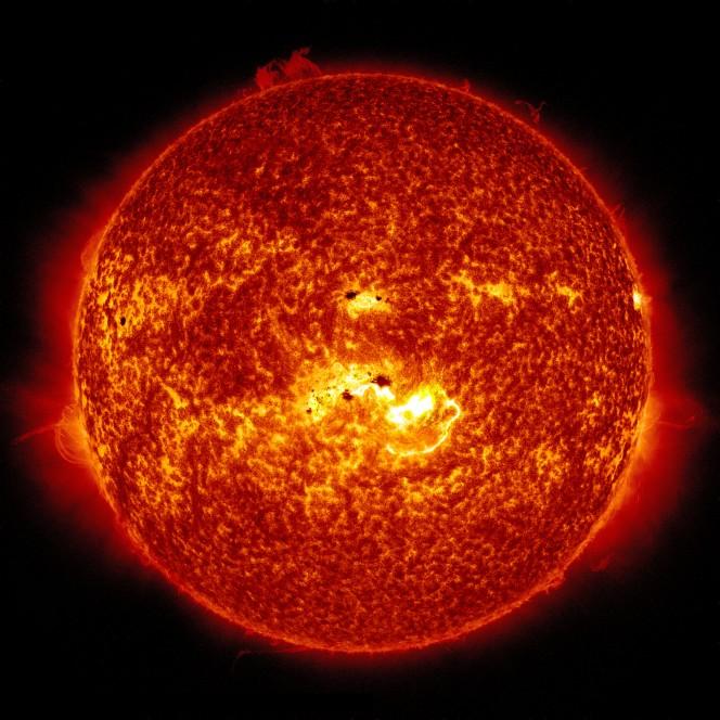 In questa immagine, combinazione di due osservazioni SDO del 7 gennaio 2014, si possono vedere sia la posizione della macchia solare gigante che la localizzazione del brillamento di classe X verificatosi in tale giornata. Crediti:  NASA/SDO