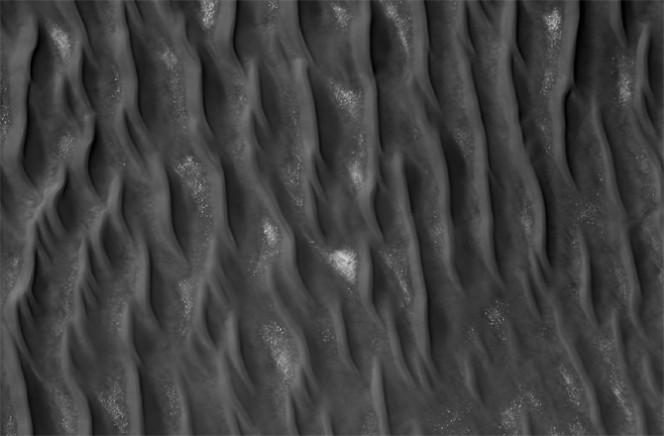 Dune lineari su Marte. Si notano con depositi di rocce più grandi e anche ghiacciati nelle depressioni delle dune. Crediti: NASA/JPL-CALTECH/UNIVERSITY OF ARIZONA