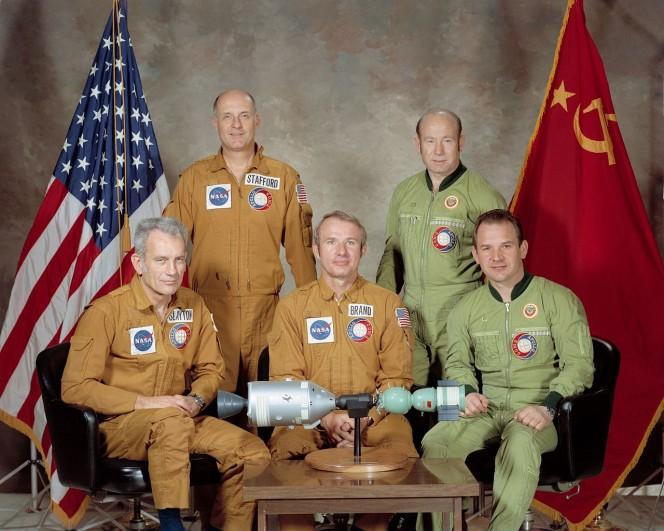 Gli equipaggi dell'ASTP. Valerij Kubasov è il primo da destra. Crediti: NASA