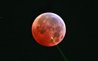 Un'eclissi lunare vista con il Lunar Laser Ranging. Crediti: Jack Dembicky, Apache Point Observatory