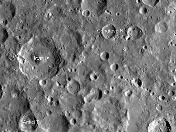 Immagine scattata dal Wide Angle Camera montata su LRO. Si vedono Icarus e i crateri vicini. La larghezza dell'immagine è di circa 365 km. Crediti: NASA/GSFC/Arizona State University.